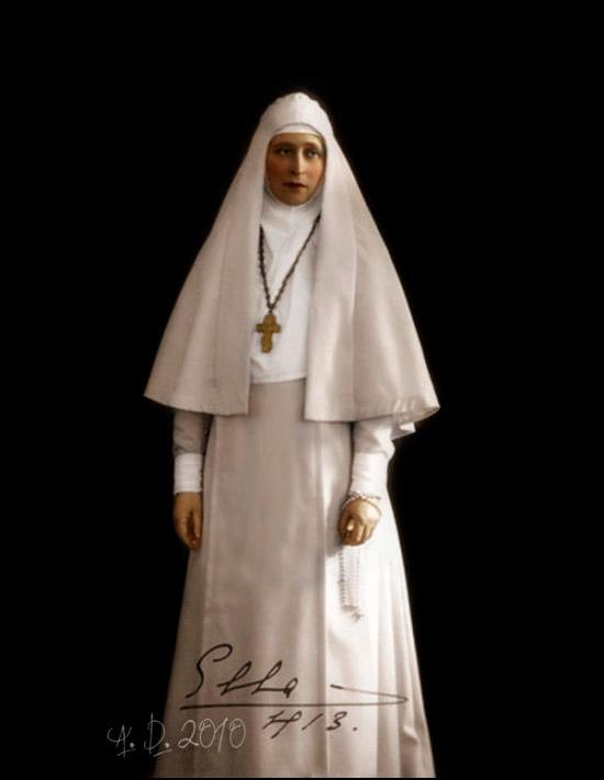 この女子修道院に居を移したエリザヴェータ・フョードロヴナは、禁欲と修行の生活を送った。夜間は重病患者を介護し、日中は旧約聖書の詩篇を読んだ。毎日のように修道女たちと共にモスクワ各地の貧困街を訪ねて慈善活動に従事した。/ マルフォ・マリインスキー女子修道院の修道女の服に身を包むエリザヴェータ・フョードロヴナ。