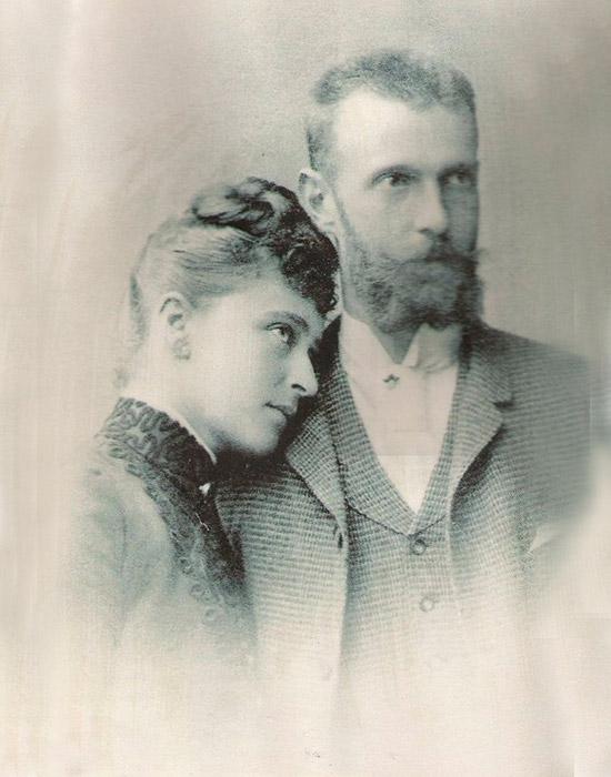 エリーザベトの求婚者全員が拒否された。だが、それは彼女がロシア皇帝アレクサンドル2世の息子、セルゲイ・アレクサンドロヴィ チ・ロマノフに出会うまでのことだった。20歳のエリーザベトは、この大公と婚約し、後に妻となった。/ エリザヴェータ・フョードロヴナとセルゲイ・アレクサンドロヴィチ・ロマノフ。