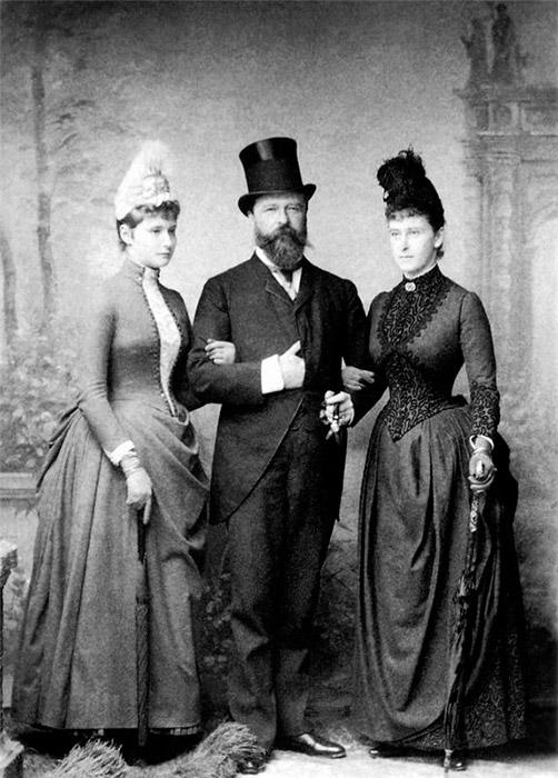 エリザヴェータは、ロシア語やロシアの伝統を学ぶことにたいへんな努力を費やした。ほどなく、彼女はその両方をマスターした。/ ヘッセン大公ルートヴィヒ4世と娘のエラ(エリーザベト)(右)とアリックス(左)。1881