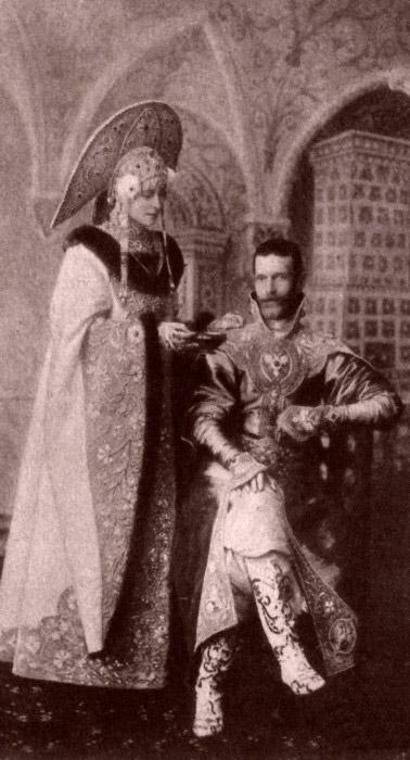 モスクワ総督の妻として(セルゲイ大公は、このポストに1891年に任命された)、エリザヴェータはエリザヴェータ慈善協会を 1892年に設立した。/ 冬の宮殿での仮装舞踏会のためにロシア民族衣装に身を包むエリザヴェータ・フョードロヴナとセルゲイ・アレクサンドロヴィチ。