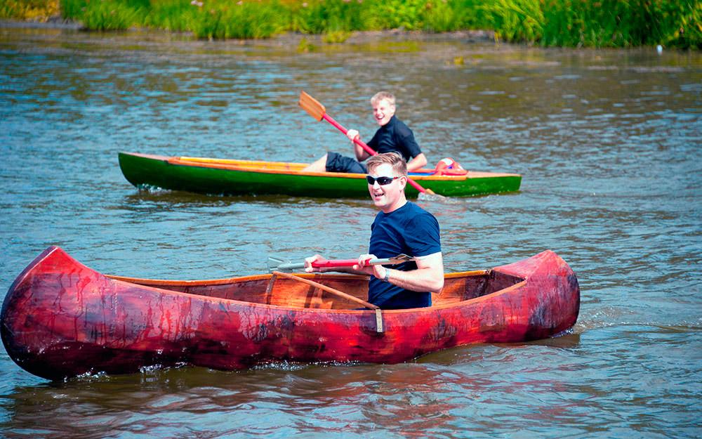 """Индиско кану по име """"Очаен пердув"""" беше изградено од страна на овој занаетчија за само две недели. Креаторот дошол на оваа идеја гледајќи документарци."""