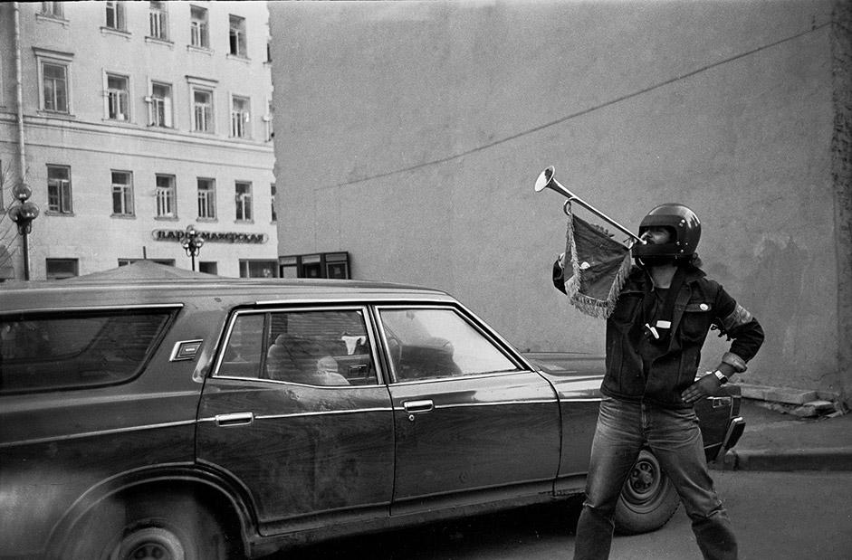 バンド「キノー」のリードシンガー、ヴィクトル・ツォイの唄は、80年世代を代表する賛歌だった。キノーは1987年にロシアの ツアーを開始し、若者の間で名声をものにした。バンドのリーダーだったツォイの死後、アルバート通りとクリヴォアルバツキー横通りの交差点に、「ツォイの 壁」が出現し、今日これはモスクワの観光名所のひとつとされている。