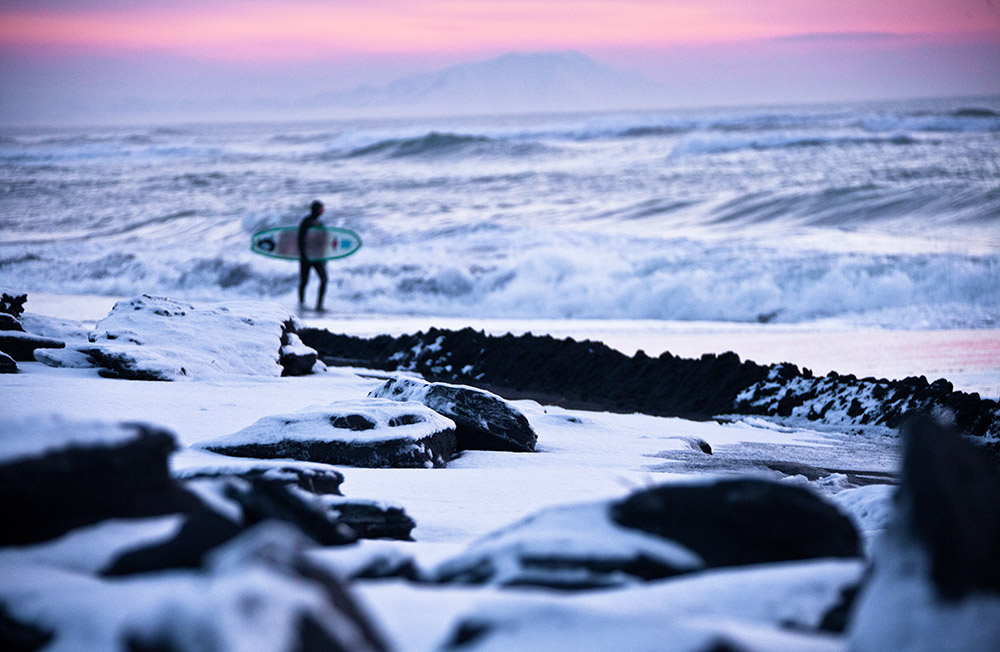 Möglicherweise ist Ihnen der Name bislang nicht bekannt, doch er sollte bei jedermann auf der Liste der Reiseziele stehen, die man unbedingt gesehen haben sollte. Wenn Sie einem Russen gegenüber Kamtschatka erwähnen, hat er sofort Bilder von blubbernden heißen Quellen vor Augen, von unzähligen, schneebedeckten Vulkanen und klaren, nicht verschmutzten Flüssen, in denen im Sommer Lachse schwimmen und die im Winter unter einer dicken Eisschicht liegen.