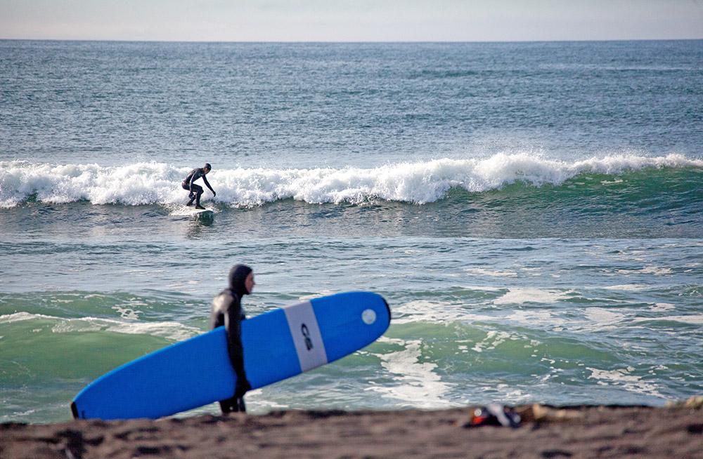 Das Wasser ist hier zu kalt zum Schwimmen. Das liegt daran, dass diese Region zu den nördlichsten in Russland zählt. Surfen ist deshalb ohne Neoprenanzug nicht möglich. Die Wassertemperatur steigt im Sommer auf 17 Grad Celsius, während im Februar die Lufttemperatur -20 Grad Celsius beträgt und das Wasser ungefähr 0 Grad hat.