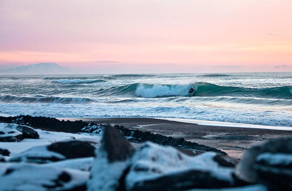 世界有数の果てしない大自然を誇るカムチャッカ半島は、日付変更線のこちら側にあり、実は、その州都ペトロパブロフスク・カムチャツキー(モスクワから 9992キロ)は、モスクワより、東京やシアトルに近い。