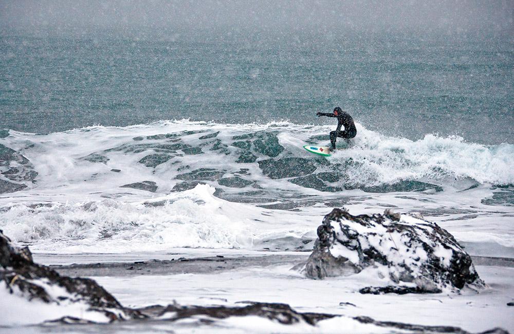"""Als """"Arktisches Surfen"""" bezeichnen Sportler aus Skandinavien das Surfen im Winter. Sie gehörten zu den Ersten, die im Winter auf den Wellen ritten und dabei die wärmsten verfügbaren Neoprenanzüge trugen."""