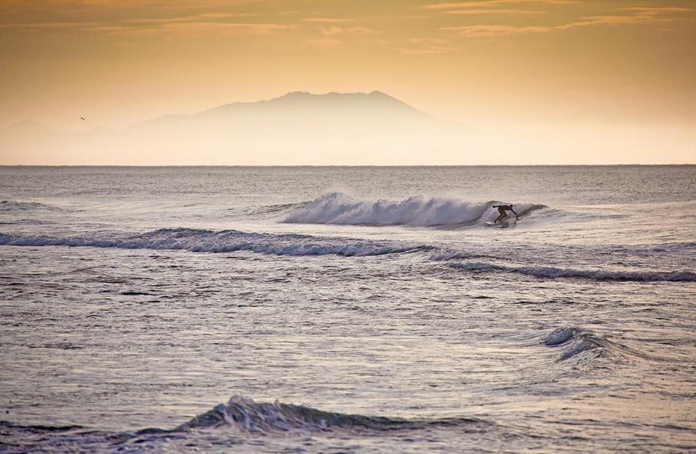 Die Bedingungen sind hier ziemlich rau: Das Klima ist schonungslos, das Wasser kalt und ein Flug nach Kamtschatka kann teurer sein als einer nach Bali. Doch auch ein hoher Preis und ein wenig Wind können echte Helden nicht davon abhalten, sich am Ende der Welt herumzutreiben – auf der abgelegenen Halbinsel Kamtschatka.