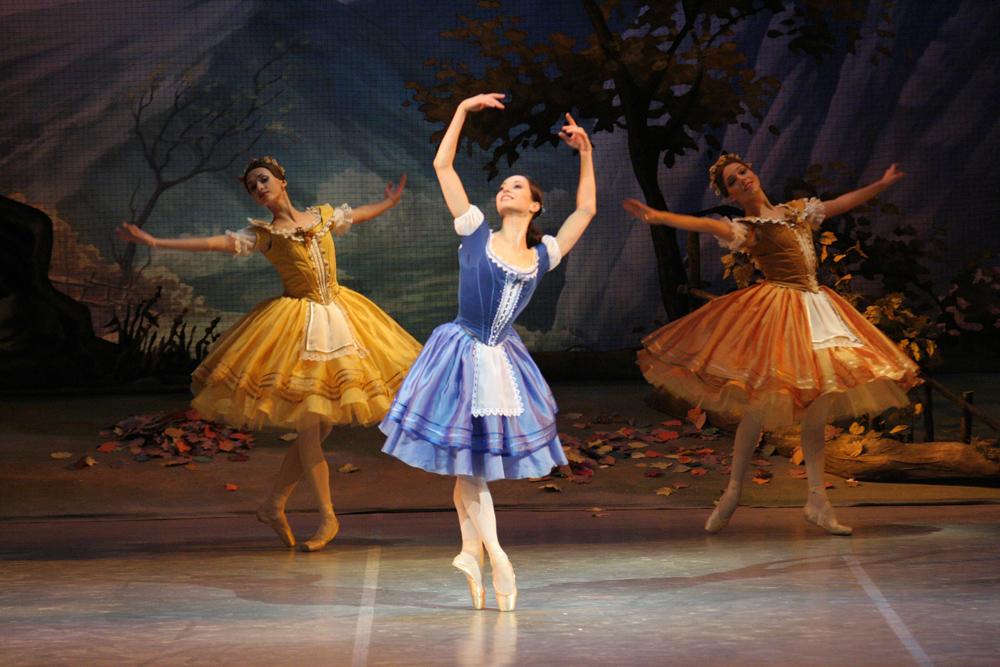 Im Jahr 1995 schloss sie ihre Ausbildung an der Akademie ab, wurde in das Ensemble des Mariinski-Theaters aufgenommen und schon 1996 zur ersten Solistin ernannt. Sie probte gemeinsam mit der Volkskünstlerin der RSFSR Olga Tschentschikowa.