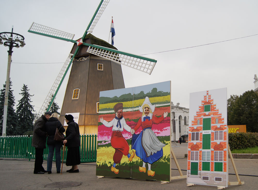 …Et de prendre une photo avec pour toile de fond le moulin hollandais traditionnel situé en bordure du village.