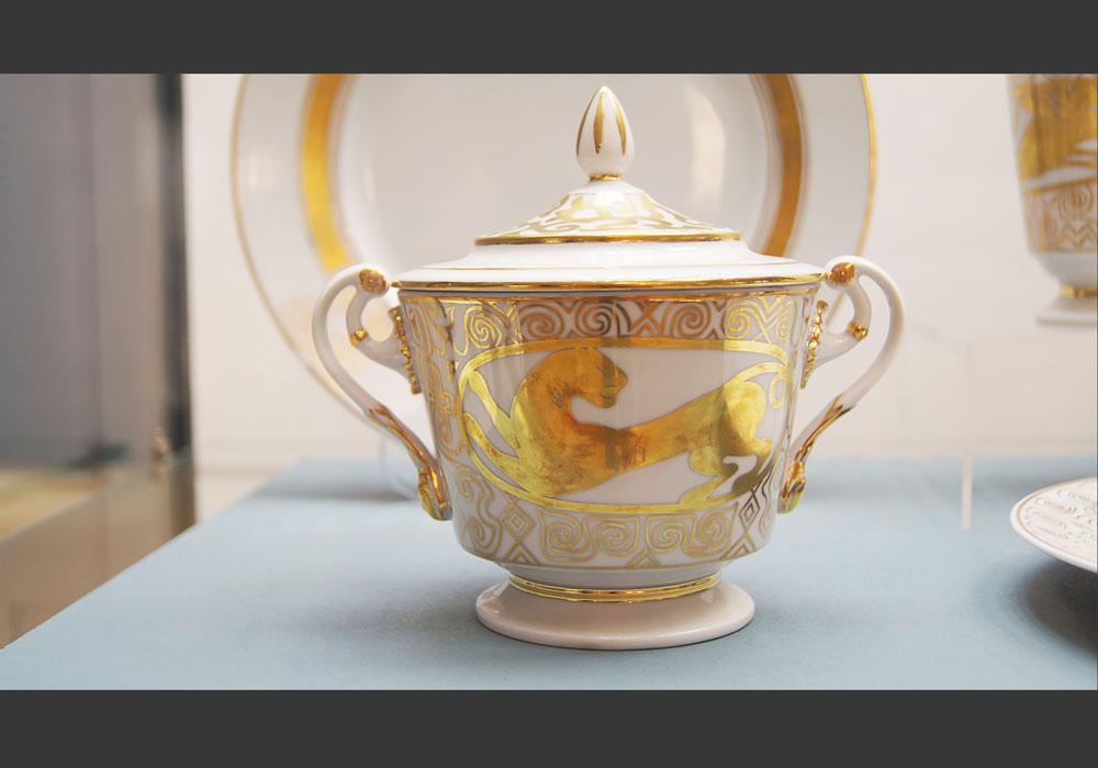 Le service «L'or des Scythes», inspiré par les voyages de l'artiste en Iran.