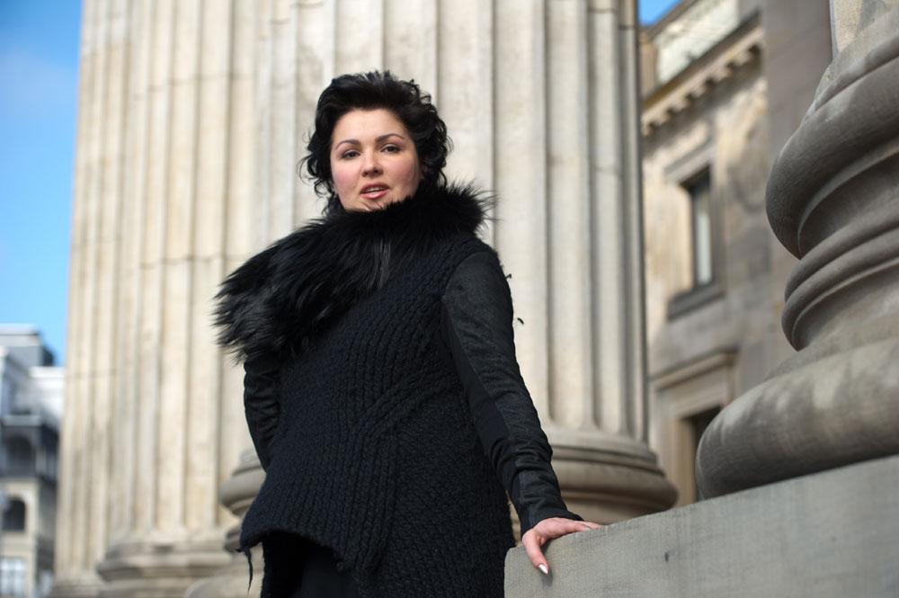 Durant ses études au conservatoire, Anna se passionne pour l'opéra. Le Théâtre Mariinsky, se trouvant à quelques pas, devient sa deuxième maison. Pour pouvoir être régulièrement au théâtre et avoir la possibilité d'assister à tous les spectacles, Anna se fait engagée au théâtre comme femme de ménage et pendant deux ans, parallèlement à ses études, elle lave les sols du théâtre.