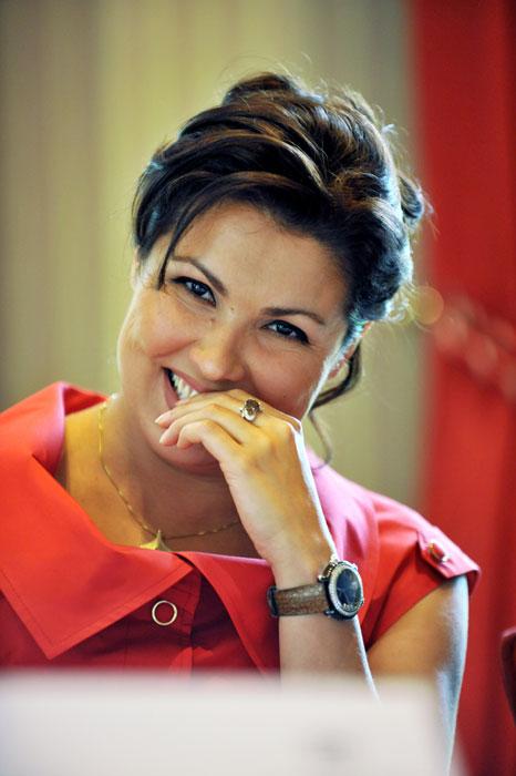 """En 1993 elle remporte le concours des vocalistes de Russie, elle est alors invitée au Théâtre Mariinsky, où le directeur artistique du théâtre, Valery Gergiev, devient son mentor. Au cours de sa carrière au Théâtre Mariinsky, Anna chante dans un grand nombre de spectacles. Parmi les rôles qu'elle a interpreté sur scène figurent: Ludmila (""""Rouslan et Ludmila""""), Natacha Rostova (""""Guerre et Paix""""), Xenia (""""Boris Godounov""""), Violetta Valery (""""La Traviata"""") etc."""