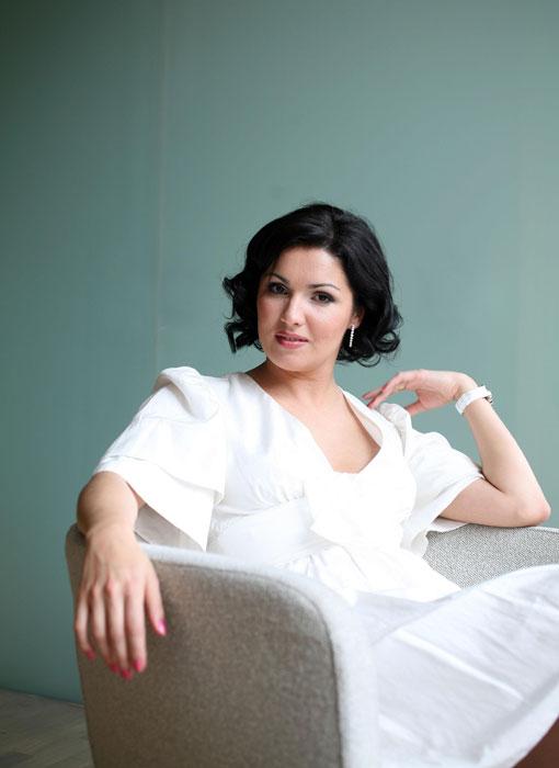 """En 1994 Anna Netrebko commence les tournées à l'étranger avec la troupe du théâtre Mariinsky. C'est aux Etats-Unis, en 1995, sur la scène de l'opéra de San Francisco, qu'Anna Netrebko effectue la toute première des ses plus décisives représentations à l'étranger. Les neuf représentations du spectacle """"Rouslan et Ludmila"""", dans lequel Anna chante le rôle principal de Ludmila, lui ont apporté un premier succès retentissant dans sa carrière à l'étranger."""