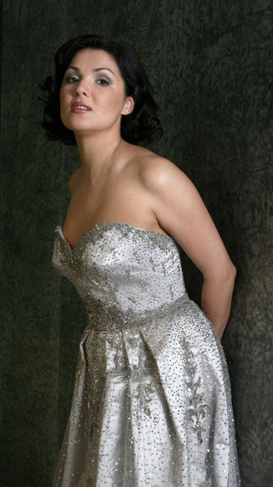 """Seitdem steht Anna Netrebko auf den Bühnen der größten Opernhäuser der Welt. Besonders bedeutende Ereignisse in Annas Karriere ereigneten sich 2002, als ihr ein Sprung von einer bekannten Sängerin zur ersten Stimme der Weltoper gelang. Anfang 2002 trat Anna Netrebko mit der Truppe des Mariinski-Theaters auf der Bühne der Metropolitan Opera in """"Krieg und Frieden"""" auf. Ihre Leistung in der Rolle der Natascha Rostowa war sensationell."""