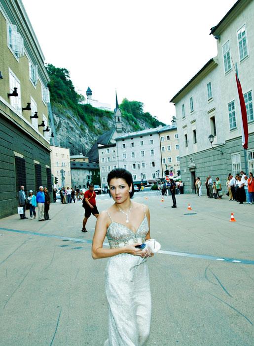 """2003 schloss Anna Netrebko einen Exklusivvertrag mit dem traditionsreichen Label Deutsche Grammophon. Im September 2003 erschien dort """"Opernarien"""", das erste Album von Anna Netrebko, aufgezeichnet mit dem Orchester der Wiener Philharmoniker."""
