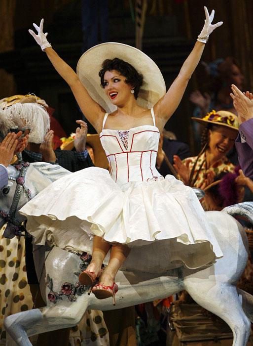 """Anna a été récompensée à plusieurs reprises par des nombreux prix et titres: en 2005 elle reçoit le Prix d'État de la Fédération de Russie pour sa remarquable contribution à la culture musicale russe ; en 2006 – une médaille pour sa grande contribution à l'art lyrique dans le monde ; en 2007 la revue """"Time"""" intégre Anna Netrebko dans la liste des """"100 personnes les plus influentes dans le monde"""", en 2008 la revue américaine """"Musical America"""" qualifie Anna Netrebko de """"Musicienne de l'année""""."""