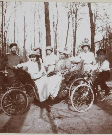Obiteljska fotografija Romanovih u parku. Nikolaj II. vladao je od 1. studenog 1894. do abdikacije 2. ožujka 1917. Period njegove vladavine obilježili su ekonomski razvoj Rusije i istovremeni porast socijalno-političkih proturječnosti, što je dovelo do jačanja revolucionarnih pokreta i revolucije 1905.-1907. te Oktobarske revolucije 1917. Njegovu vladavinu obilježili su i Rusko-japanski rat 1904.-1905. (u kojem je Rusija poražena) i sudjelovanje Rusije u Prvom svjetskom ratu.