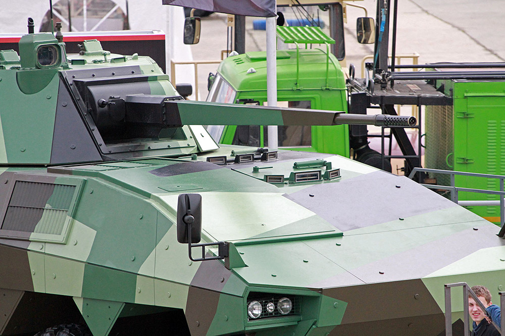 ATOMのコンセプトは、RAE2013で大評判だった。重い車輪を装備した歩兵戦闘車は、フランスとロシアの専門家により共同開発された。重量30トンで四車軸あるこの車両はニジニ・ノヴゴロドに基盤を持つブレヴェストニク工場で開発された57ミリ砲を装備している。射程距離は6キロで、毎分140発発射することができる。