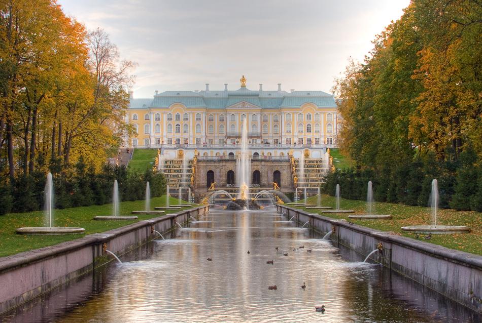 """Peterhof, atau """"Versailles Rusia"""", terletak tidak jauh dari St Petersburg. Pada abad ke-18 dan ke-19, bangunan ini adalah kediaman musim panas para tsar Rusia dan ansambel istana ini terdaftar di antara Situs Warisan Dunia UNESCO."""