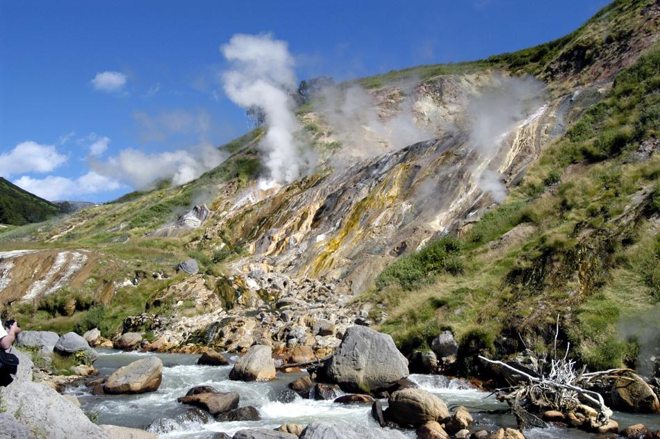 このような企画は、ロシア初の試みではない。3次審査まであったロシアの7不思議コンテストは、2007年10月1日から翌年 2月1日まで開催され、その時も投票はインターネットやSMSメッセージで行なわれた。//カムチャッカ半島を訪れる際、見逃せないのは、圧巻の間欠泉の谷である。ゲイゼル渓谷はクロノツキー自然保護区の一部であり、蒸気、水や泥を噴き出す200以上の間欠泉がある。