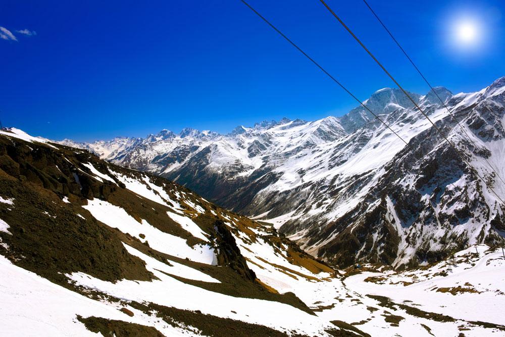 Cagar Biosfer Kaukasia mencakupi bagian dari Pegunungan Kaukasus, termasuk Gunung Elbrus dan Gunung Kazbek yang termasyhur dan diselubungi salju sepanjang tahun. Masing-masing gunung ini tingginya lebih dari lima ribu meter. Sebagai puncak tertinggi Eropa, Elbrus menggoda para pendaki gunung dari seluruh dunia.
