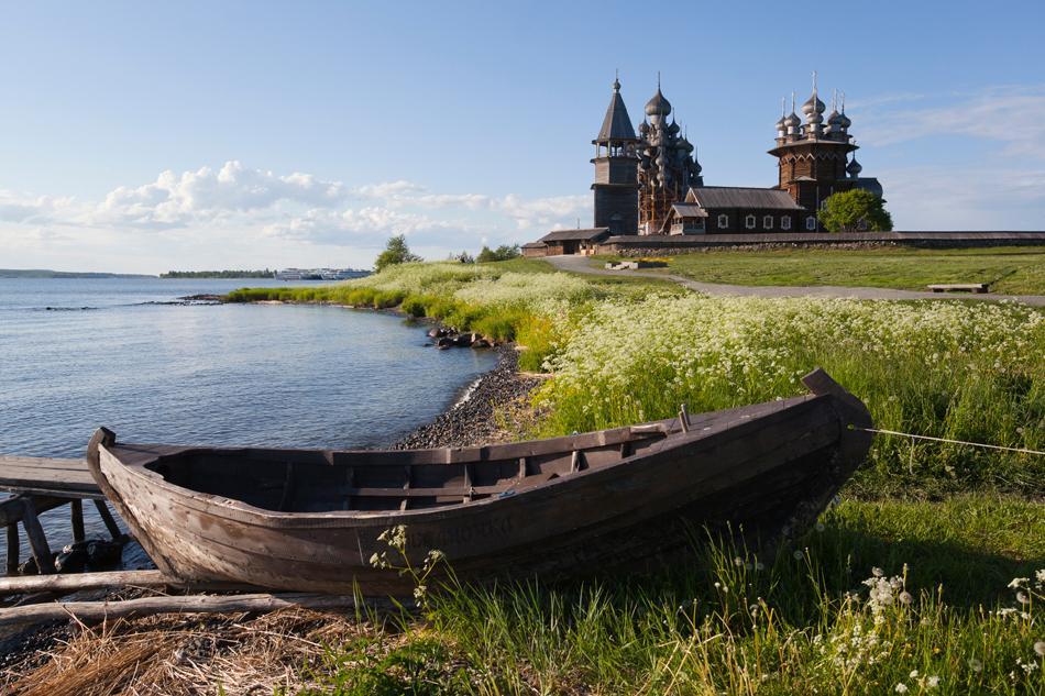 1951年に設立されたロシア木造建築屋外博物館では、美しい自然のなか、6キロに渡り教会、屋敷、小屋、風車、水車、鍛冶屋、納屋、鐘楼やバーニャなどが並ぶ。