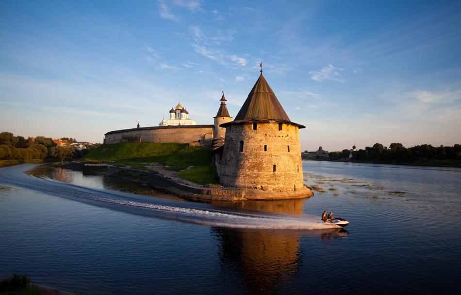 プスコフのクレムリンはロシアのプスコフ市にある古い城塞だ。城塞は中世時代のもので、その周囲をめぐる壁は1400年代後半に建てられ始めた。