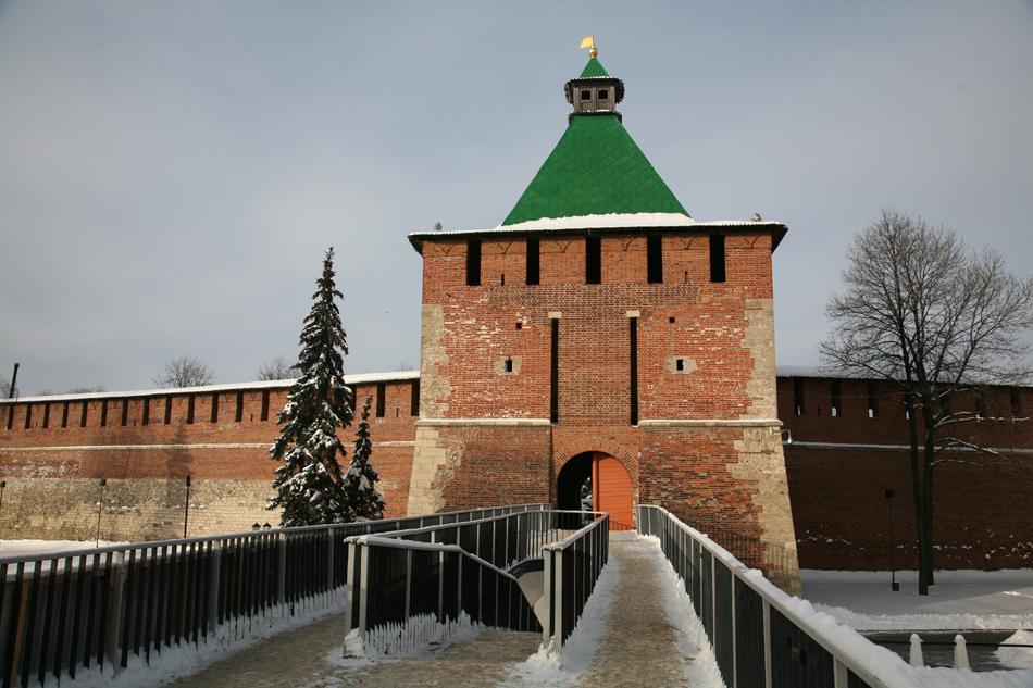 Nizhny Novgorod Kremlin (abad ke-16) adalah salah satu benteng berteknologi paling canggih pada masanya. Di era modern ini, bangunan tersebut mengakomodasi gedung administrasi, gereja, dan museum peralatan militer. Bagian atas dari kota ini terletak di sebuah bukit yang menawarkan pemandangan spektakuler dari mana pun Anda berdiri.