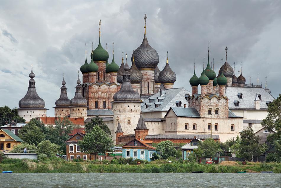 Kremlin Rostov Veliky (Rostov Agung) dibangun di Danau Nero (wilayah Yaroslavl) pada tahun 1600-an oleh Metropolitan Iona. Situs ini adalah kompleks istana, gereja, dan menara yang dibangun di tengah-tengah Biara Spaso-Yakovlevsky dan Biara Abraham. Kremlin Rostov Veliky sekarang menjadi kompleks museum.