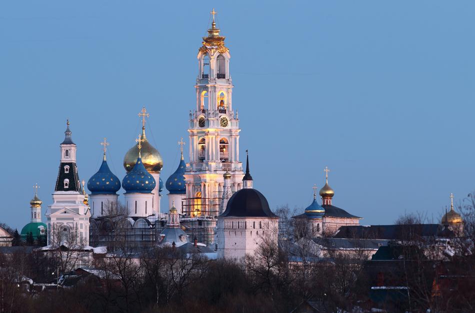 至聖三者聖セルギイ大修道院は、ロシアで最も重要な修道院であり、ロシア正教会の精神的核でもある。修道院はモスクワからヤ ロスラブリに向かう道をモスクワの北東へ70キロ程度行ったところにある、セルギエフ・ポサードの町にあり、現在300人以上の僧侶が住んでいる。