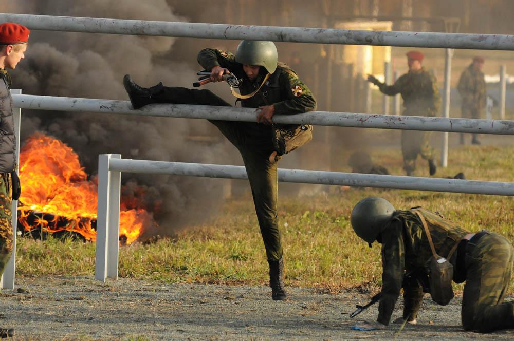 主な試験は1日間で行われ、これには行進、過酷な条件下で行われる特別な障害物訓練、高層の建物で兵士の戦闘準備状態を試すテスト、軽業、そして格闘が含まれた。
