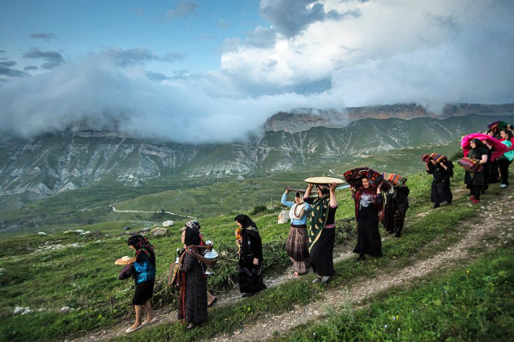 Beberapa unsur ritual dan legenda di Dagestan berasal dari peristiwa sejarah ketika masyarakatnya masih memuja dewa-dewa. Praktik dapat kita lihat dalam upacara pernikahan. Ritual ini memang salah satu peristiwa yang paling penting, tidak hanya untuk pengantin baru dan keluarga mereka, tetapi juga bagi warga desa di gunung itu.
