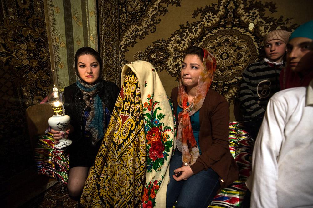 伝統的な衣装を身につけた後、花嫁の頭は布で覆われるので何も見えなくなる。その後、彼女は家から連れ出される。