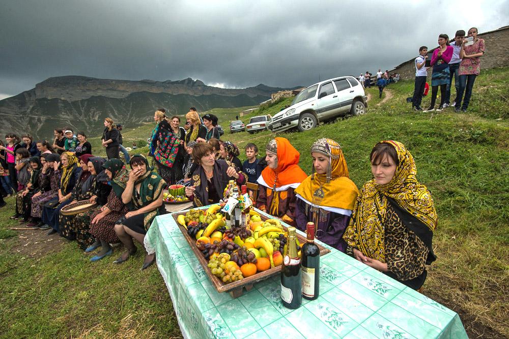 Desa pegunungan Balhar yang letaknya tinggi terkenal dengan kerajinan tembikar. Mulai dari kendi, vas, dan mainan tanah liat Balhar tersohor sampai ke kota-kota besar di seluruh penjuru negeri. Desa ini juga terkenal dengan upacara pernikahannya yang unik.