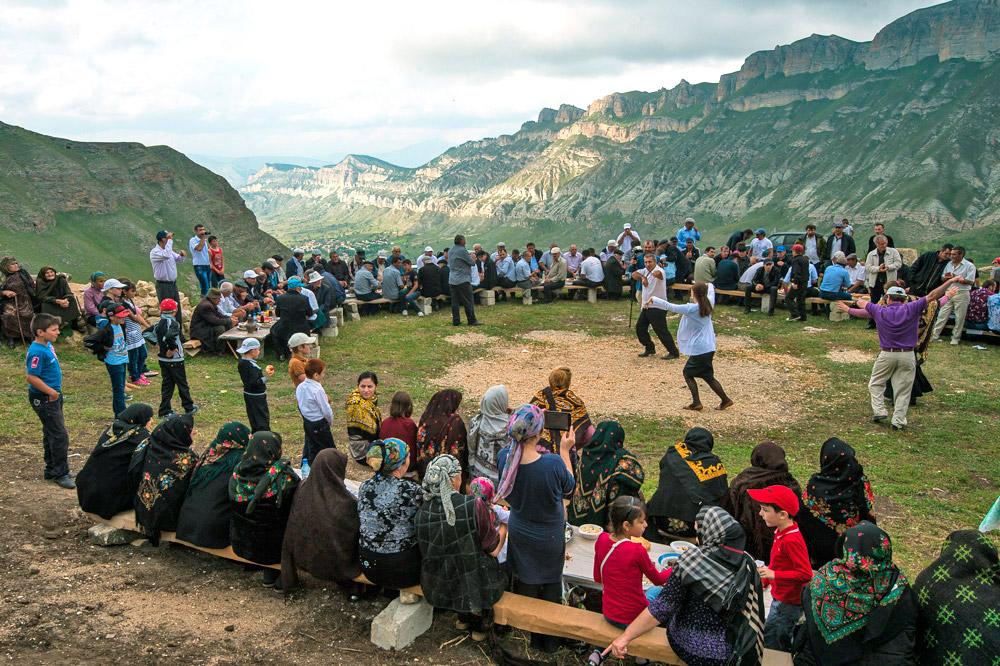 ここでの結婚式を見る為に、ダゲスタン各地から人々が訪れる。このような計画外であり予想外のイベントを見ることが出来た観光客は、非常に幸運だ。