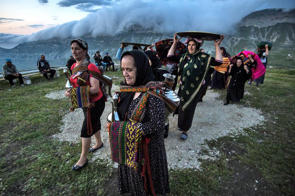 結婚式には、しばしば他の山村に住んでいる親戚や友人だけではなく、村の住民全員が参加する。ダゲスタン人は、家族、友人や同胞の結婚式となると、遠くても出席する。