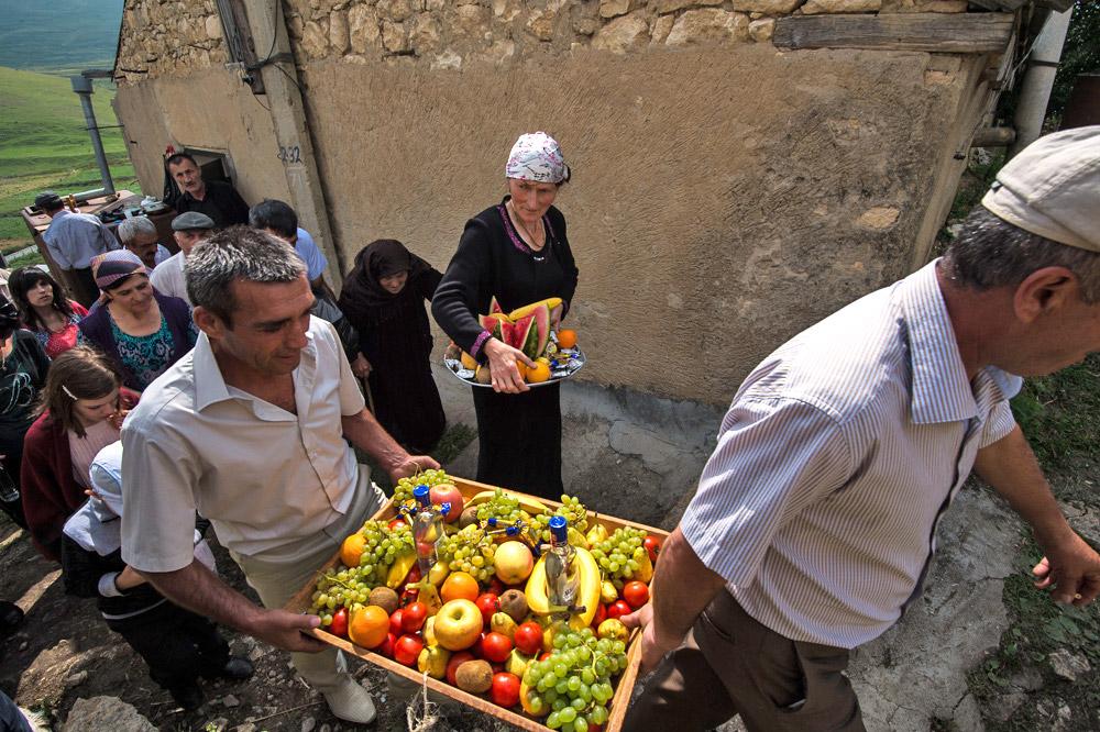 ダゲスタン人は通常、夏の後半か秋の初めに結婚式を行なう。この時期が好まれるのは、ごちそうに欠かせない野菜や果物が、一番熟しているからだ。