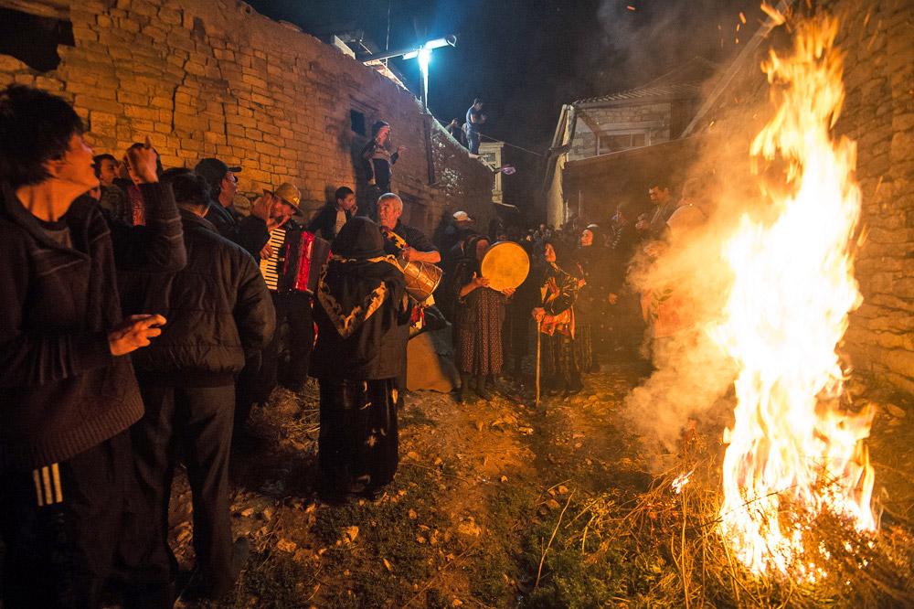 暗くなると、新郎を含む男性陣が松明に火をつけ、新婦の家へ行く。ちなみに、山村の道には街灯がないので、明かりは松明だけだ。