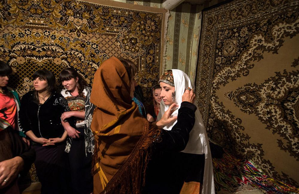 ちょっとしたダンスと世間話の後、最年長の女性の一人が部屋に入り、花嫁にアドバイスしながら衣装に着替えるのを手伝う。