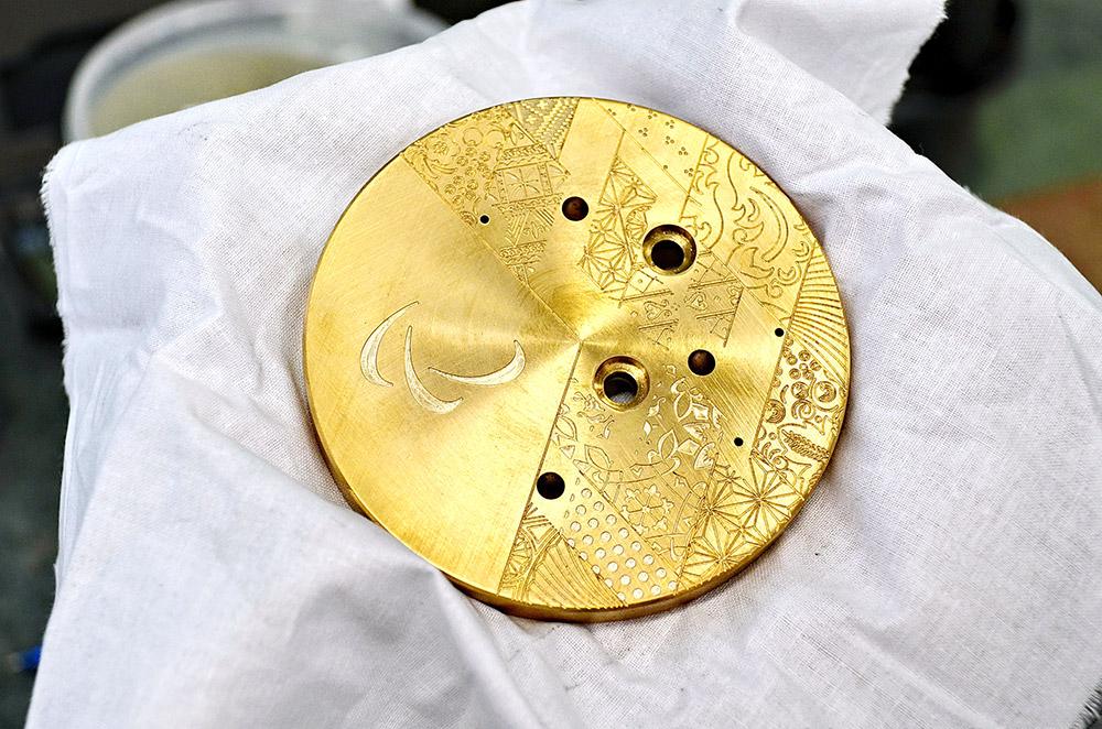 メダルにはロシアの自然の風景に見られるこのようなコントラストが反映され、メダリストにとっては一生の記念となる。金属とポリカーボネートのユニークな組み合わせにより、金メダルは軽さと独特の美しさを実現した。/ビレットに穴が開けられる。その後、高速のフライス加工によって模様が施される。