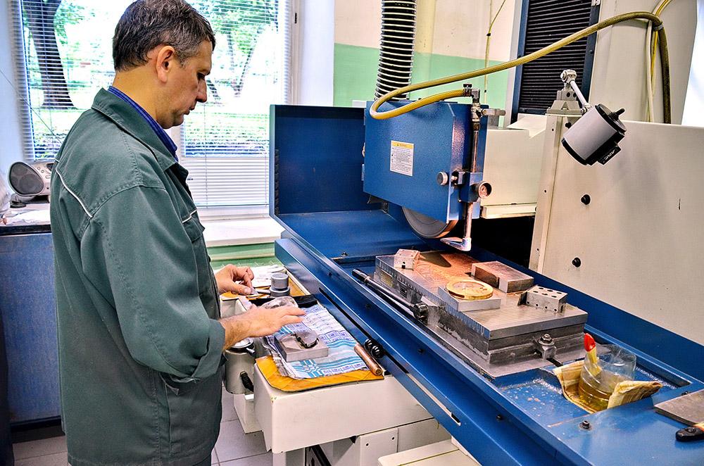ソチ2014のメダルは、金、銀、銅により、重さが460グラムから531グラムある。/次の手順は研磨だ。メダルは専門家の手により特殊な機械に入れられ、風合いを出す加工が施される。