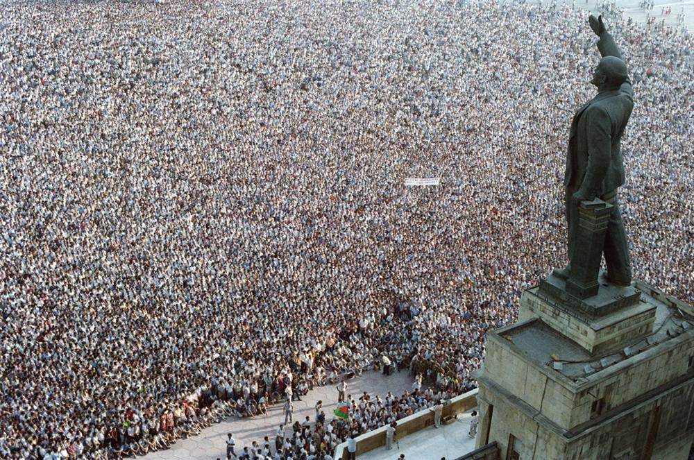 「レーニン像と10万人のデモ参加者」、バクー、アゼルバイジャン。1989年時事部門第一位。//アンドレイ・ソロヴィヨフ