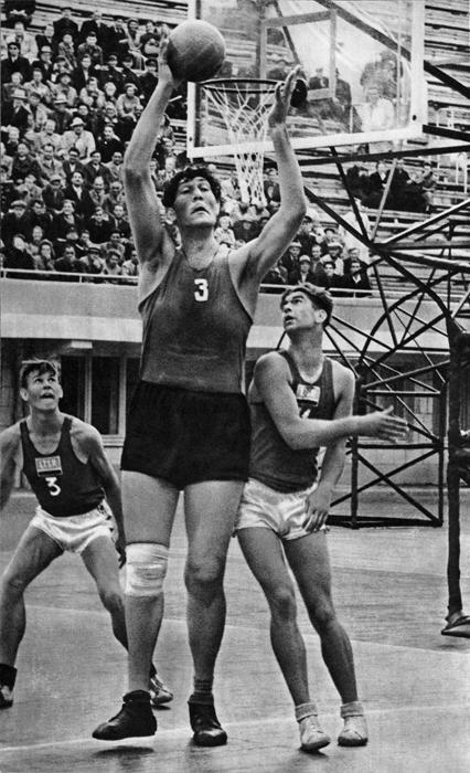 「バスケットボール」ソ連のバスケットボールの伝説、ウヴァヤ・アフタィェフ。1956年、スポーツ部門第一位。//セルゲイ・プレオブラジェンスキー