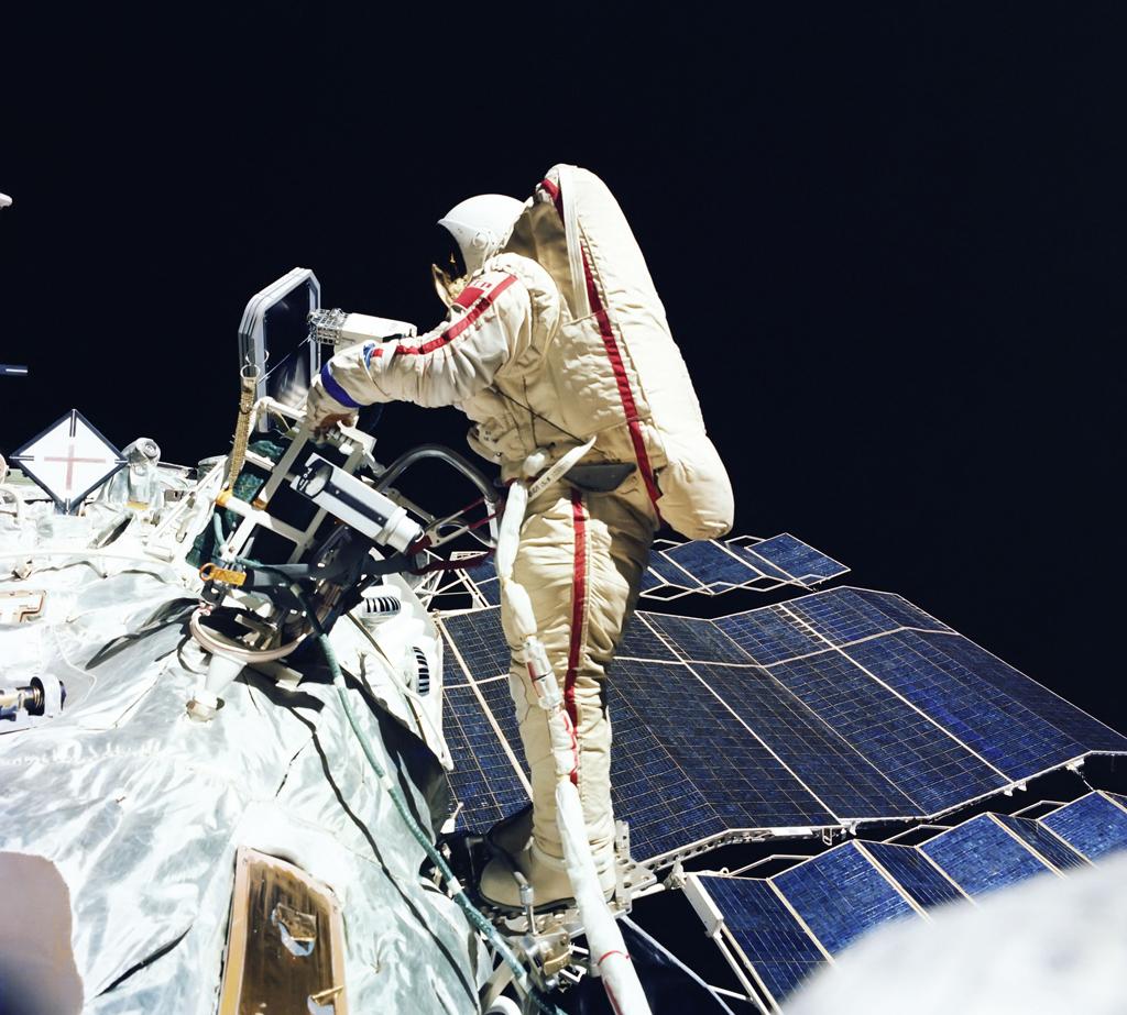 「宇宙にいるスヴェトラナ・サヴィツカヤ」1984年7月25日、ソユーズ12の飛行中に撮影。1984年、芸術科学部門名誉賞。// ウラジーミル・ジャニベコフ