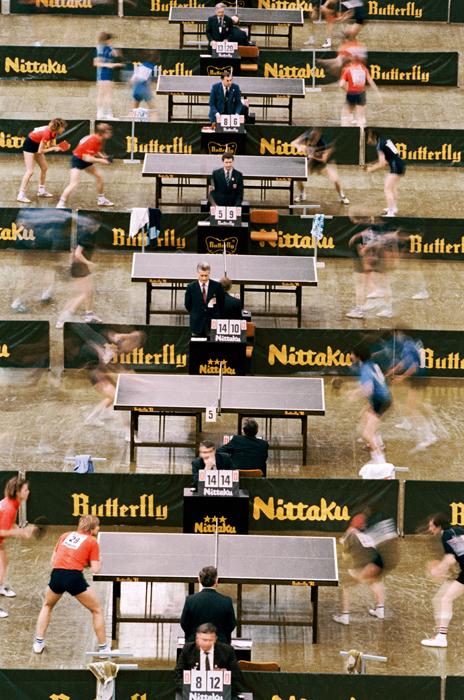 審判が見守る中、卓球の国際大会でプレーする選手達。1985年、スポーツ部門第一位。//セルゲイ・グネィェフ