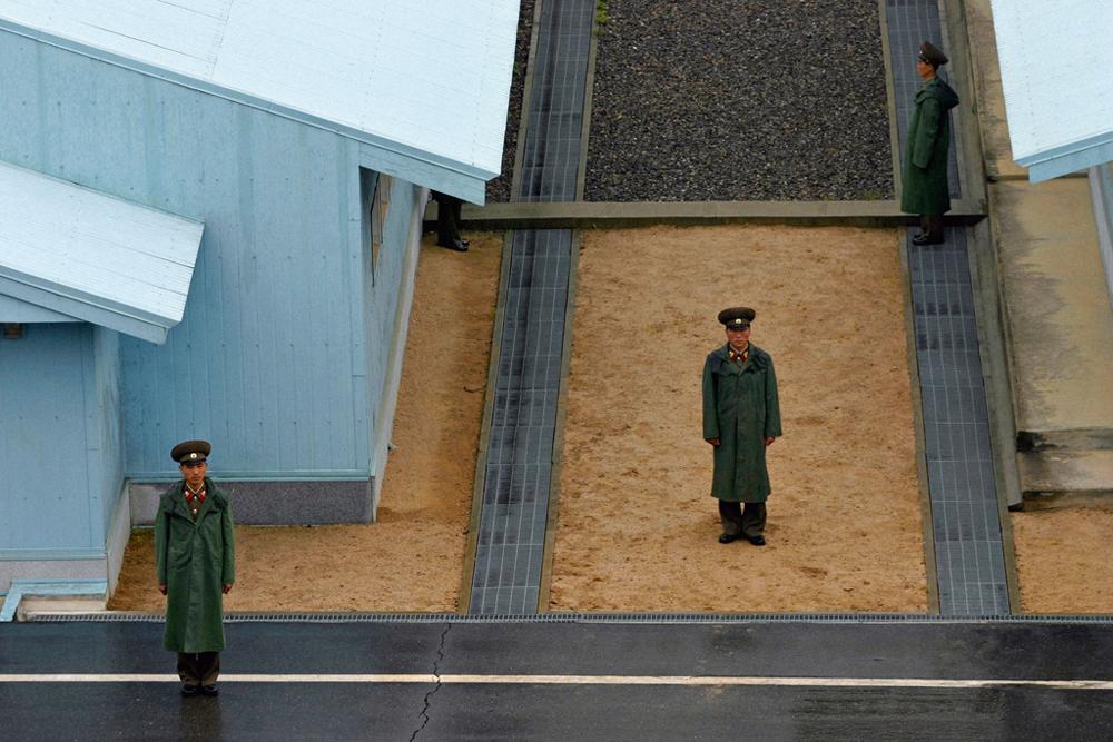 「韓国との国境にいる北朝鮮兵士」2005年、日常生活部門第一位。//セルゲイ・マクシミシン