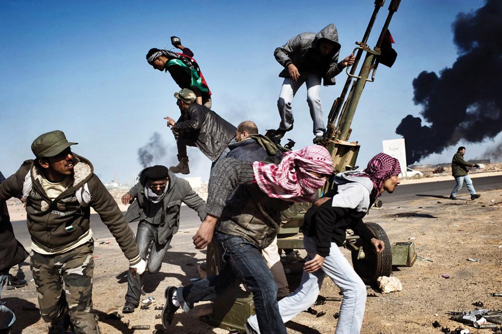 「革命への道」石油精製所で有名なリビアの港町、ラスラヌフをめぐって戦う反体制派勢力。2012年、時事部門第一位。//ユーリー・コジレフ