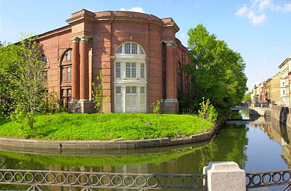 新興財閥のロマン・アブラモヴィッチ氏は、サンクトペテルブルクの運河にあるノーヴァヤ・ゴランディア島(ロシア語で「新オランダ島」を意味する)に 40億ドルをつぎ込み、自身のコレクションを展示するための新しい博物館を建てた。約7.28ヘクタールあるこの島は、アムステルダムに似ている運河や造船所があったことから新オランダと名付けられた。アブラモヴィチ氏は島を文化センターにする予定だ。今では資産評価額102億ドルと言われ る47歳のアブラモヴィッチ氏は、孤児として育ったが、現在はプレミアリーグのチェルシーFCのオーナーであり、世界最大のヨットを所有し、ロンドン、パリや サン・バルテルミー島などに家を持ち、最近はニューヨークのマンションを7500万ドルで購入した。