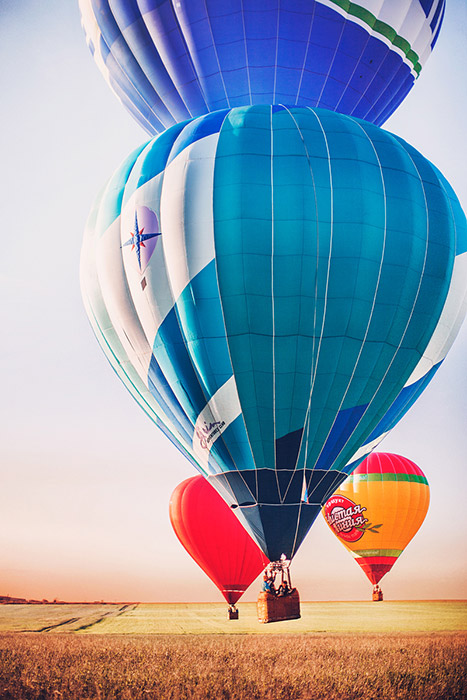 空を高く飛ぶ気球は230年前から人々に知られている。他の様々な機械やデザインが何世紀にも渡る技術の進化とともに根本的に変化していったが、気球は本質も構造も変わらぬままである。ロシアの風景と青空を背景に、明るい気球は鮮明に映る。