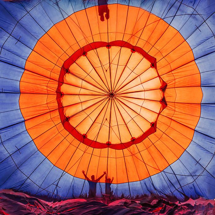 気球は、折り畳んだ状態ではあまり場所をとらない。最もかさばるのはバスケット部分である。バスケットは特別なトレーラーで離陸する場所まで運ばれる。離陸する前にバルーンは平らな場所に広げられ、ヘリウムが充填される。